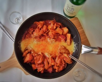 ニンニク、玉ねぎ、りんごなどをすりおろして鶏肉を漬け込むことで、よりジューシーなおいしさを目指した本格的なレシピ。ひと手間で、味わい深さもひときわ。パーティーにもおすすめの贅沢レシピです。
