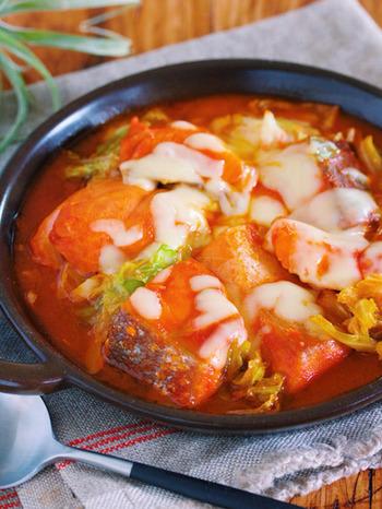もうひとつ、魚介系。キャベツと相性のいい鮭を使ったチーズタッカルビはいかが?具材をフライパンに重ねて、しばらくおけば完成なので、忙しいときにも助かるメニューです。蒸し焼きにされた鮭がふっくらして、とても美味。