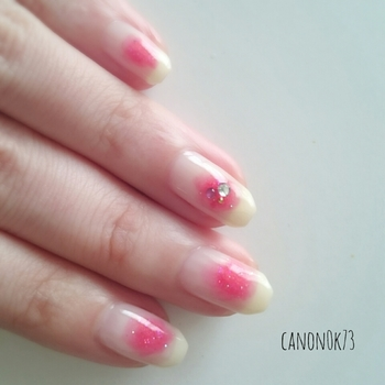 塗りかけネイルを応用して「チークネイル」にも挑戦してみましょう!ベースカラーの上に、中央にピンクを塗りかけネイルのようにカラーをのせて、ぼかしていけば完成。やわらかな色合いのホワイト×ピンクは鉄板の可愛さです。