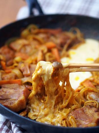 チーズタッカルビのタレが残ったら、〆もお楽しみ。ご飯を入れてリゾット風にするのもよし、中華麺を入れるのもおすすめです。写真のレシピでは、焼きそばをチーズタッカルビの最終工程で入れていますが、〆として入れるのももちろんOK。