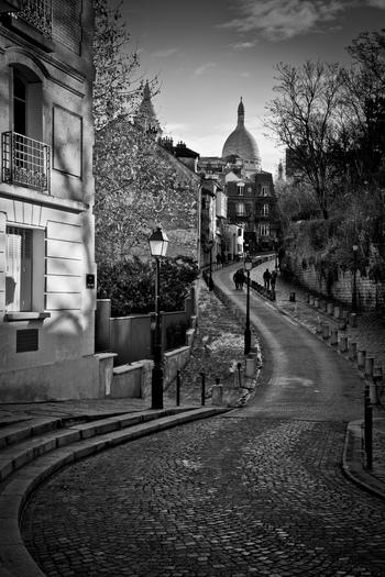 お洒落で洗練されたイメージとは対照的に、かつては「殉教者の丘」と呼ばれていたモンマルトルは、古きよきパリの面影を強く残す場所でもあります。