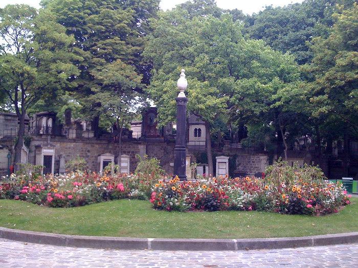 文学者、映画監督、有名俳優など数々の著名人が眠るモンマルトル墓地は、サクレ・クール大聖堂のすぐ近くにあります。
