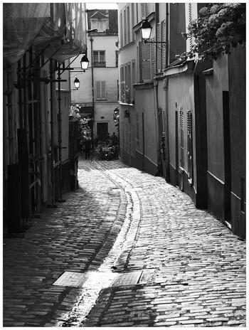 静かな石畳の路地を上って下りて、石造りの古い家並みを眺めていると、自然と古きよきパリの情緒を感じることができます。このような路地を散策していると、数々の画家達がモンマルトル地区を愛し、数々の名画が世に送り出された理由がよくわかることでしょう。