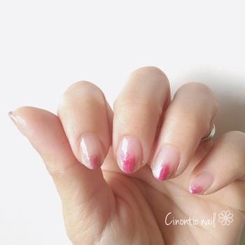 指先にマニキュアをちょんちょんとランダムに色を塗っていく「塗りかけネイル」は、アーティスティックでニュアンスのある指先を演出してくれます。