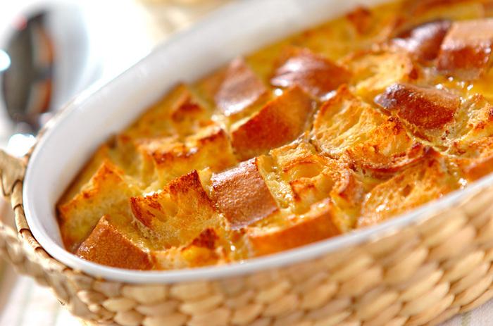 作り方はいろいろですが、美味しくて簡単な基本のレシピです。  ①卵をグラニュー糖と混ぜ合わせます。 ②温めた生クリームと牛乳を、少しずつ①に混ぜながら加えます。 ③バニラエッセンスを加えて、こし器でこします。 ④バゲットを入れた耐熱皿に③を流しいれ、180℃に温めて湯を張ったオーブンで、20~30分湯せん焼きにする。 ⑤余熱が取れたら、冷蔵庫で冷やして完成です。