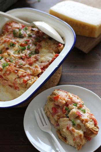 トマトとベーコンを使ってミルフィーユのように重ねたパンプディング。チーズの風味がふわりと香って、彩りもきれいです。