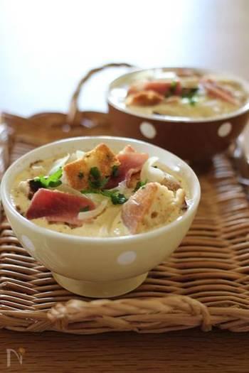 ベーコン&玉ねぎを使ったキッシュ風のパンプディング。朝食やちょっと小腹がすいた時にぴったりの一品です。