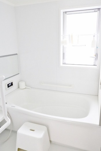 眩しいほど真っ白で統一された爽やかな空間。お掃除が行き届いていて素敵です。定期的に防カビ剤でケアしているのだそう。