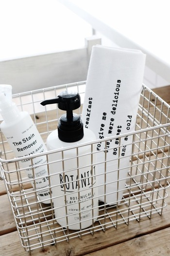浴室で使うシャンプー類は底が汚れやすいので置きっぱなしにせず、無印のワイヤーバスケットに入れて入浴の際に持ち込み、出るときに収納という流れに。 置いてあるモノが少なければ掃除も楽です。この方法を取られているブロガーさんは結構いらっしゃいますよ。