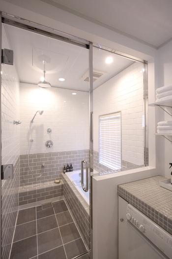 グレーグラデーションやレインシャワー、琺瑯の浴槽にガラスのドアなどすべてが海外風のおしゃれなバスルーム。細部にまでこだわってリフォームされたのだそう。こんなバスルームなら時間が許す限り入っていたくなりますね。