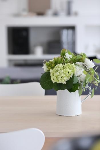 おうちにお花を飾ると、そこだけぱっと空気が華やぐような気がします。おうちの中で、ぼんやりとお花を眺めていると心がじんわりとほぐれていくのを感じます。