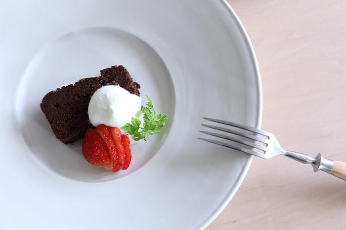 食材は少なくても、盛りつけ方を工夫することで魅力的なひと皿を作ることができます。イチゴをスライスするなんて、簡単なのにお洒落ですね。
