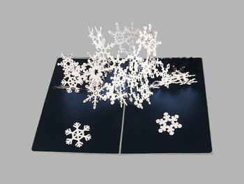 真っ白な雪が漆黒の夜空に輝く、冬にぴったりなカラーを使ったシンプルなデザイン。カードを開くと360度に広がる雪の結晶が、迫力満点です。