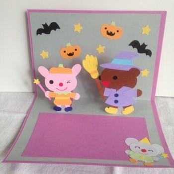 ジャックオーランタンに仮装したうさぎと、魔女に仮装したくまのかわいらしいハロウィンパレード。子供と一緒に作るなら、こんなデザインがおすすめ♪