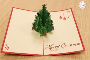 もみの木の繊細な切り込みが施された、美しいクリスマスカード。カラフルなオーナメントも、クリスマスを華やかに彩ります。