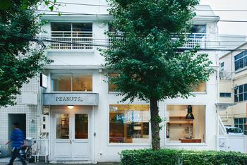 上記の横浜のピーナッツ ダイナーも素敵ですが、都内の中目黒駅から徒歩約9分の距離にも同じくスヌーピーの世界をモチーフとした「PEANUTS Cafe」があります。
