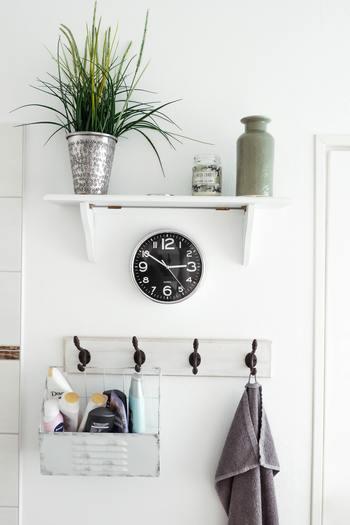 リフォームできなくても、インテリアや小物をチェンジするだけでも雰囲気を変えられるバスルーム。 洗面所は洗濯機周りの日用品が散乱しやすい場所でもありますが、収納を工夫しおしゃれな雑貨をプラスして極上の空間を作っていきましょう。