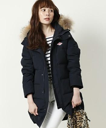 モノトーンスタイルも白を多めにすれば、爽やかさがアップ♪ファーの毛色に合わせたバッグを選んでアクセントに。