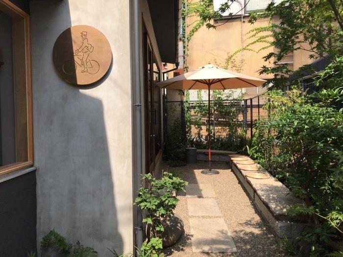 地下鉄千代田線千駄木駅の2番出口から徒歩約5分の距離にある「TAYOR(タヨリ)」は、お惣菜とお弁当と珈琲の美味しいお店として有名。「TAYORI」の店名は「お便り」からきています。