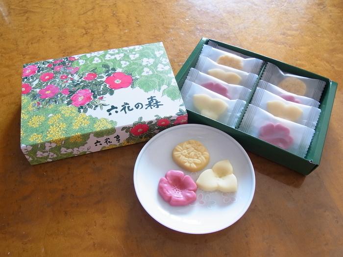 """北海道の野や山に咲く可愛らしい植物をモチーフにしたチョコレート""""六花の森""""。はまなし(ストロベリー)、おおばなのえんれいそう(ホワイト)、えぞりゅうきんか(パッションフルーツ)の3種類のチョコレートは、どれも可憐で贈り物やお土産に喜ばれそうですね。"""