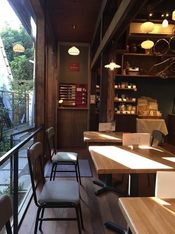 木の温もりが心地よい店内はテーブル席の他にカウンター席や座敷席もあり、1人で訪れても数人で訪れてもゆったりと過ごせます。
