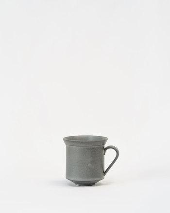 こちらは黒泥カップです。洗練されたデザインにこだわりを感じられる一品ですね。いつもの家で飲むコーヒーも、ちょっと特別なものになりそう。