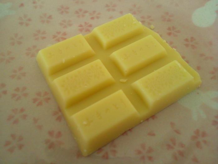 """実は、日本で最初にホワイトチョコレートを発売したのは""""六花亭""""なんです。「北海道の雪のイメージに合う」と昭和42年からホワイトチョコの商品開発に乗り出しました。北海道帯広の、きれいな水や空気、湿度はホワイトチョコレート作りにとても適していたのです。濃厚なミルクを贅沢に使った滑らかな口どけと優しい甘さのホワイトチョコレートを味わって、北海道の大地の恵みを堪能してみてはいかがでしょう。"""