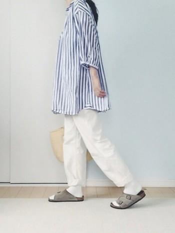 白のファティーグパンツも爽やかで素敵です。肌寒い季節は靴下を合わせて、夏はロールアップして足首をチラ見せしてヌケ感あるコーディネートを楽しめます。