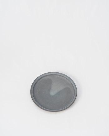 手作業で作られているので、この白濁した釉薬の表情が異なります。同じものがふたつとないところが魅力。ぜひ自分好みの一枚を探したくなりますね。