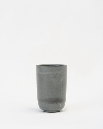 黒泥タンブラーは、丸みのあるやわらかい、やさしいフォルム。たっぷり入るので、アイスコーヒーを入れても、ビールを注いでも素敵です♪