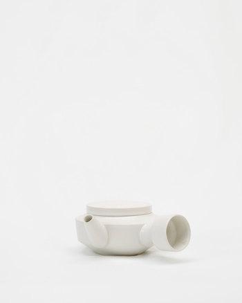 素焼きのホワイトの急須は、モダンなデザインが特徴。平面な蓋と球体な持ち手、直線と曲線のコントラストがユニークですね。
