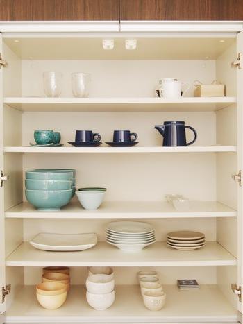 食器もここの棚に入るだけ。使いやすい白の食器をベースに、まいさんが好きなトルコブルーや藍色の食器がちらほら。食器類は気を抜くとついつい増えてしまいがちなものの一つですが、余白たっぷりに並べられた食器はフォルムの美しさが際立ちます。 お気に入りのものを少しだけというのが本当に贅沢だなと思わせられる食器棚ですね。