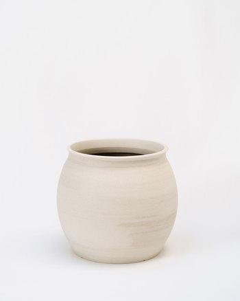 上の画像と同じ植木鉢ですが、ひとつひとつハンドメイドなので、ちょっとフォルムや表情が変わりますよね。