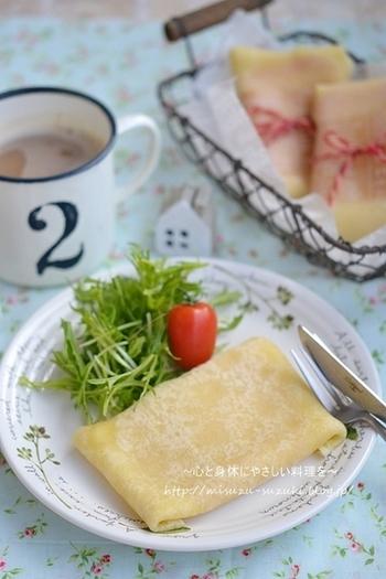ハムとチーズを挟んでコンビニで人気のブリトーのように。たくさん作って冷凍すれば、忙しい朝にも美味しい一品がすぐに用意できます。 こちらの生地はコーンスープの素をプラス、とうもろこしの粉が手に入りにくい日本でも風味を感じられる生地です。