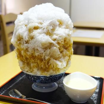 抹茶だけでなく、お店で焙煎された香ばしいほうじ茶のかき氷もおすすめです。トッピング(別添え)で、ゆで小豆、追加蜜や白玉などを注文することもできます。