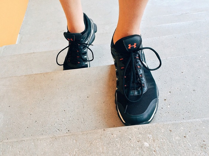 普段、あまり運動をしない人はまずは外出先で階段を使うことから始めてみてもいいですね。メタボ予防にもなりますし、筋力をアップすることで、突発的な動きにも対応できるようになりますよ。