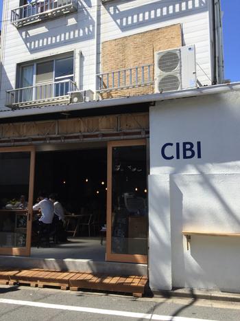 """東京メトロ千代田線の千駄木駅より徒歩約3分の距離にあるカフェ「CIBI (チビ)」は、一人ひとりのライフを楽しんでもらうという思いから、""""HEAD.HANDS.HEART"""" をキーワドとして2017年にオープンしました。"""