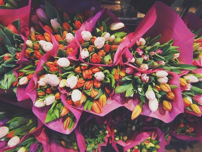 外出先でお花屋さんを見つけたら、立ち寄ってみるのもいいかもしれません。色とりどりの旬のお花たちは生命力に溢れています。素敵なお花に囲まれていると、心がふっと軽くなるような気がします。