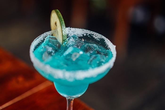 もう一歩進んで、お酒を一杯だけひとりで飲みに行くというのも素敵です。おめかしをして、優雅に振舞ってみると、自分の経験値を増やしてあげることができます。なにごとも経験が増えることで、対応する引き出しの数も多くなるものです。