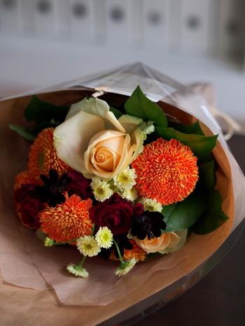 季節のお花をおまかせでブーケにしてもらうのも小さな贅沢です。いつもは買わないようなお花との出会いは、心に潤いを与えてくれます。