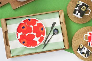marimekkoの人気ライン「ウニッコ」が全面にプリントされたポップなプレートです。一枚だけでも食卓をぱっと明るく見せてくれます。ワンプレート以外でも重宝しそうなサイズ感も◎ 派手に思えますが、盛り付けた時にお料理のわきからのぞく柄が、食卓を楽しく演出してくれます。