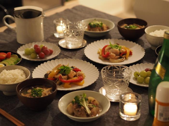 余白を大切にしてお料理を盛りつけたら、テーブル全体のコーディネートもしてみましょう。キャンドルやコースター、箸置きなどの小物にも心を配ってみるとさらに満足感がアップします。健やかな心と体には、健康的なお食事は欠かせないものです。