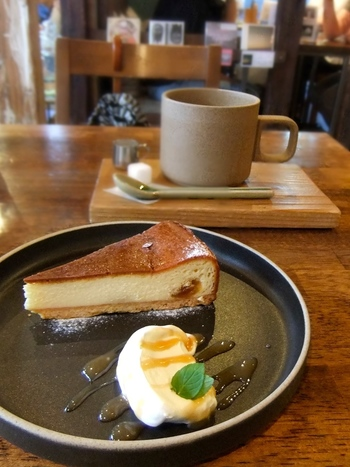 朝ごはんやサンドイッチ、食事類だけでなく、スイーツも充実しています。スイーツに合うブレンドの豆は、鳥取県のオールドニュー焙煎工房本池から取り寄せている本格派。店内の居心地の良さだけでなく、料理もお酒もスイーツもカフェもどれも◎の素敵なカフェです。