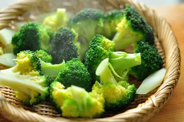 茎の部分を食べてみて硬すぎなければ、一気にざるにあげて冷ましましょう。ブロッコリーは水にとって冷やすと日持ちが悪くなるので、必ず自然に冷ましましょう。余熱で熱が入ることも考えて、冷ましたときにちょうど良いゆで加減になるように引き上げるのがポイントです。