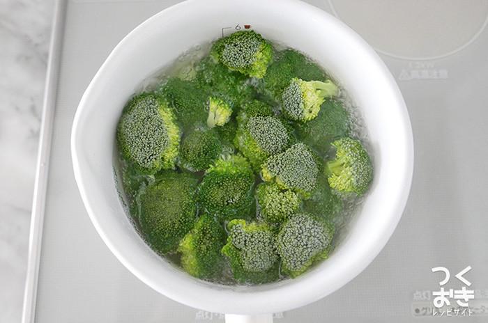 房を食べやすい大きさに切り分けたら、水につけて振り洗いします。茎の部分も美味しく食べられるので、皮をむいて一緒に洗いましょう。 ブロッコリーを含む青野菜をゆでる時に塩を入れるのは、味が締まるからだけではありません。塩にはキレイな緑色を保持してくれる働きもあるのです。忘れずに入れるようにしたいですね。お湯が沸いたら、火の通りが悪い茎側を下にして加熱を開始しましょう。