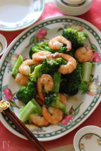 海老の赤とブロッコリーの緑が、目にも美味しいシンプルな中華炒めです。海老をプリプリに仕上げるには、時間差で材料を加えるのがポイントです。タケノコやきくらげを追加しても美味しそうですね!