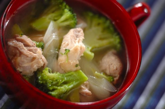 体調不良や疲れがたまったときに時におすすめのチキンスープ。切って煮るだけなので調理も簡単です。くたくたに煮込んだブロッコリーやチキンが、弱った身体にしみわたります。スープに溶け出た栄養も全部いただいて、元気に日々を乗り切りましょう♪