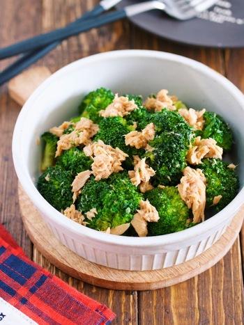 ツナの油も使って、ホッとする味に仕上げた副菜です。ごはんによく合う味付けが男性にも喜ばれそうです。ブロッコリーの水分とめんつゆだけで蒸し煮にしているので、お弁当に入れても汁が出ないのが嬉しいですね。