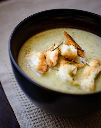 たっぷりのブロッコリーをミキサーにかけた食べごたえたっぷりなスープです。大粒のクルトンとスパイシーなクミンが良いアクセントになっています。軽めのランチにもぴったりですね。大粒のクルトンでよりボリューミーにしても◎