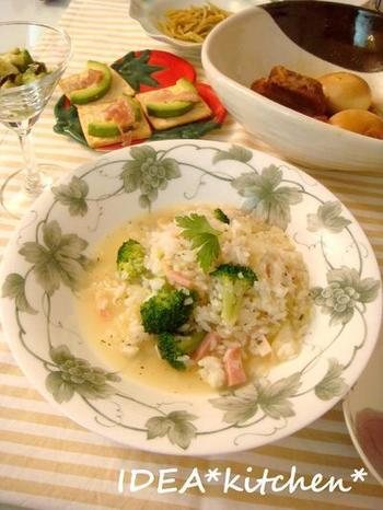 冷やご飯で作れる簡単リゾットです。ご飯をざるに入れて洗うことで、ぬめりのないさらっとした食感に仕上がります。ひとりランチや夜食にも活躍しそうなレシピですね♪